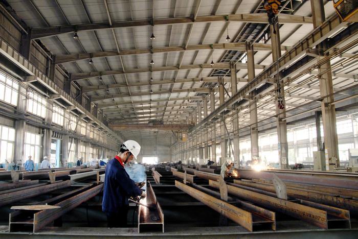下面就带大家了解一下什么是四川管廊钢结构? 以钢材制作为主的结构,是主要的建筑结构类型之一。钢材的特点是强度高、自重轻、刚度大,故用于建造大跨度和超高、超重型的建筑物特别适宜;材料匀质性和各向同性好,属理想弹性体,最符合一般工程力学的基本假定;材料塑性、韧性好,可有较大变形,能很好地承受动力荷载;建筑工期短;其工业化程度高,可进行机械化程度高的专业化生产;加工精度高、效率高、密闭性好,故可用于建造气罐、油罐和变压器等。其缺点是耐火性和耐腐性较差。主要用于重型车间的承重骨架、受动力荷载作用的厂房结构、板壳结构、高耸电视塔和桅杆结构、桥梁和库等大跨结构、高层和超高层建筑等。钢结构今后应研究高强度钢材,大大提高其屈服点强度;此外要轧制新品种的型钢,例如H型钢(又称宽翼缘型钢)和T形钢以及压型钢板等以适应大跨度结构和超高层建筑的需要。 钢结构又分轻钢和重钢。判定没有一个统一的标准,很多有经验的设计师或项目经理也常常不能完全说明白,可以以一些数据综合考虑并加以判断